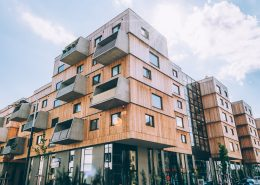 Außenansicht eines modernen Wohnhauses aus Holz