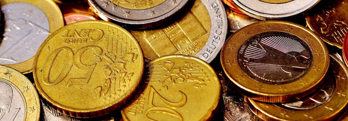 Foto: Euro- und Centmünzen auf Tisch