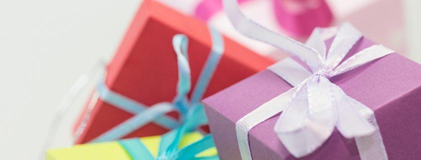 Foto: Mehrere kleine bunte Geschenkpäckchen mit Schleife